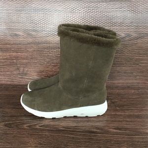 Skechers olive green suede winter boots sz 8.5